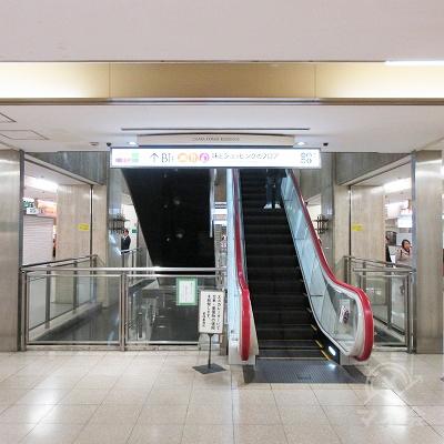 正面にある上りエスカレーターで1階へ上がります。