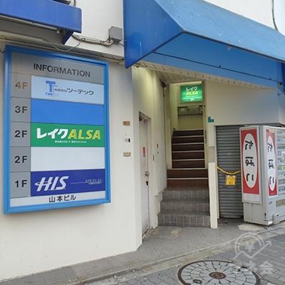 レイクALSAはビル2階です。入口は「HIS」の右手にあります。