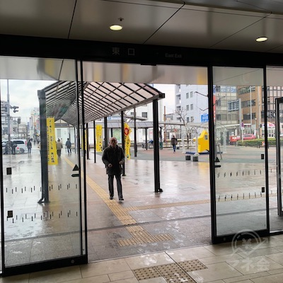 JR東海道本線の尾張一宮駅改札を抜けたら、出口を出て右折します。