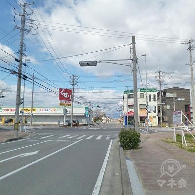 道中、左手にスギ薬局を見ながら約500m進んでください。
