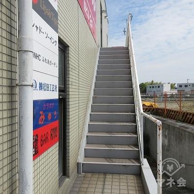 建物右側にある階段で上がります。
