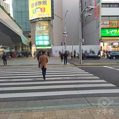 交差点を渡り、左奥の道を真っ直ぐ100メートルほど歩きます。