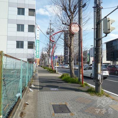 大通り沿いを進みます。