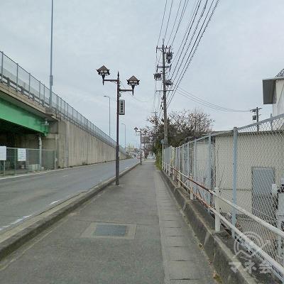 高架道路の手前を右折して、高架道路に合流して進みます。