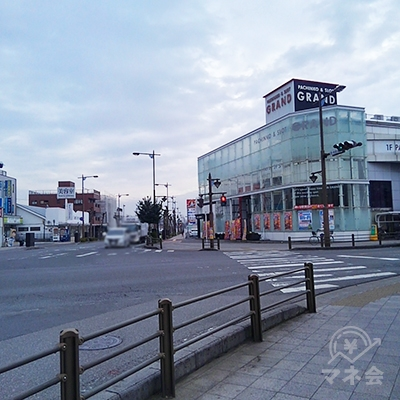 パチンコGRANDのある大きな交差点を、右に曲がります。