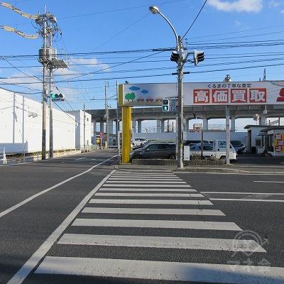 横断歩道を渡り、右へ曲がります。