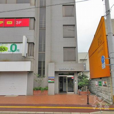 建物入口です。反対車線より撮影。