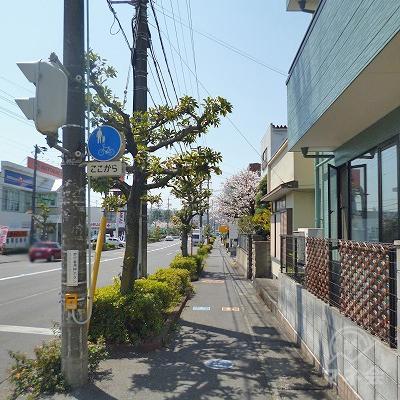 大通りと合流しますので、大通沿いを道なりに650m歩いてください。