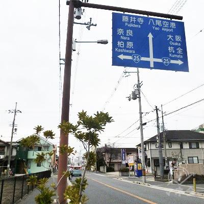 交差点を示す青看板を過ぎると、間もなく南太子堂交差点です。