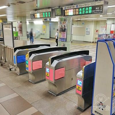 横浜市営地下鉄ブルーライン上大岡駅の改札です。