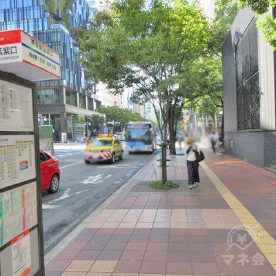 バス停(博多駅筑紫東口)を左手に進みます。