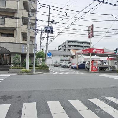 日本レンタカーの交差点も真っすぐに進みます。