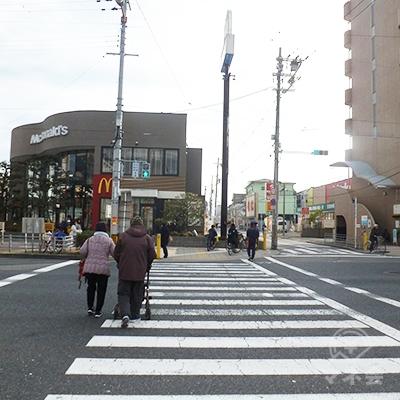横断歩道で新なにわ筋を渡り、その後、続いて右折します。