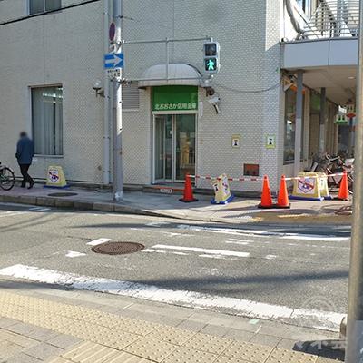 横断歩道を渡ったら、信用金庫前を左折して歩道を歩きます。