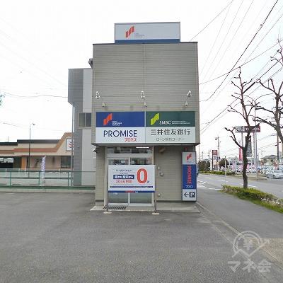 広い駐車場の一角に2階建ての独立型店舗があります。