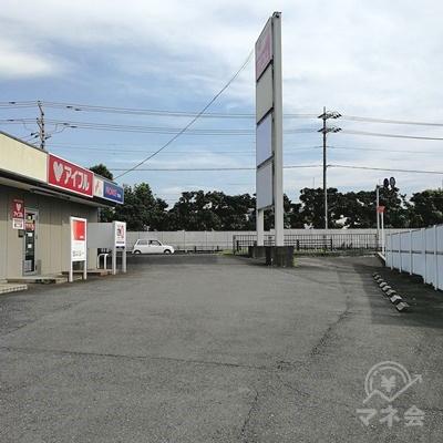 アコムの前に駐車スペースが設置されています。