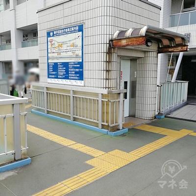エレベーター前の通路を歩きましょう。左に曲がります。