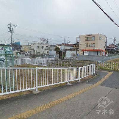 改札を抜けたら、道なりに駅のスロープを下ります。
