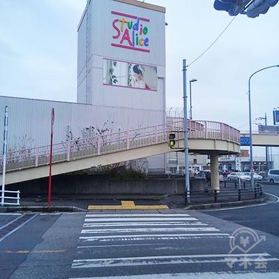 横断歩道を渡った先にある歩道橋を渡ります。