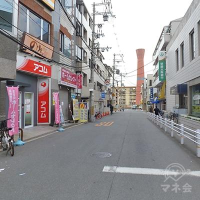銀行横の道に入ってすぐ、左手にアコム店舗があります。