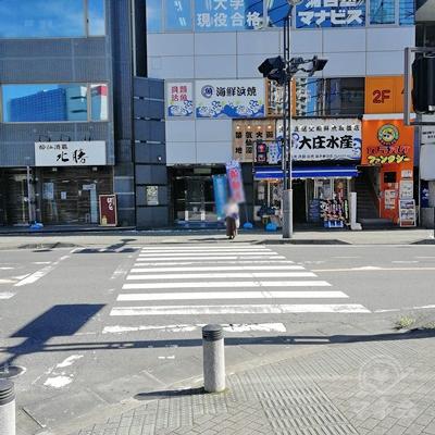 信号を渡り、左に曲がります。