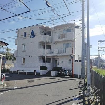 TOPと書かれたマンションの前で左に曲がります。