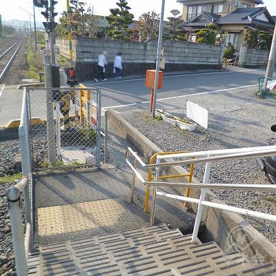 駅を出たら、目の前の道を右方向へ進んでください。