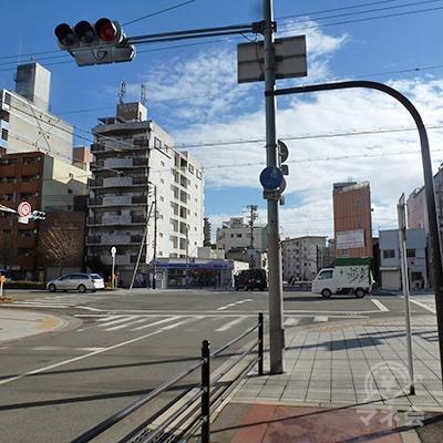 三先2交差点に出ます。大通りは「みなと通」。左折します。
