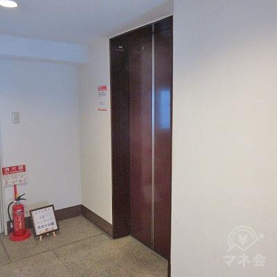 エレベーターで4階へ上がります。