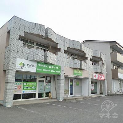 2階建てマンションの1階部分にアコムがあります。