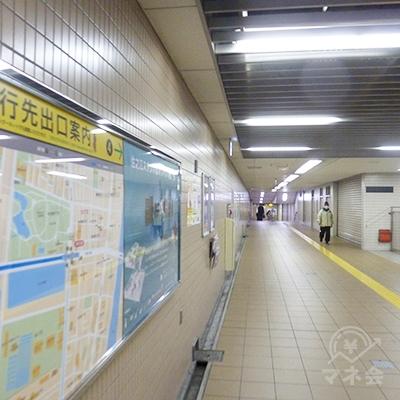 地下通路を進みます。この先は4番出口以外の出口はありません。