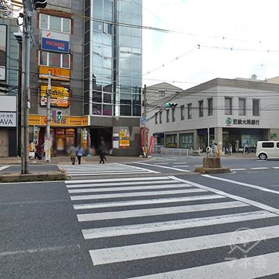 横断歩道を渡ったら、正面、やや右手にある道に進みます。