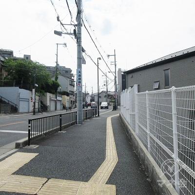 住宅街を抜けて、右側へ約1,100m直進します。