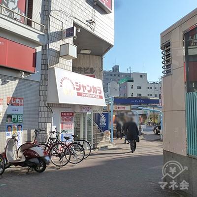 すぐ「ジャンカラ」があり、同じビルにプロミス店舗があります。