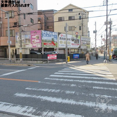 白鳥交差点の横断歩道を渡り、左へ進みます。