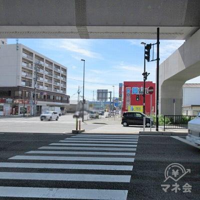 西田橋南交差点で横断歩道を渡り、高架を潜った後、約350m直進します。