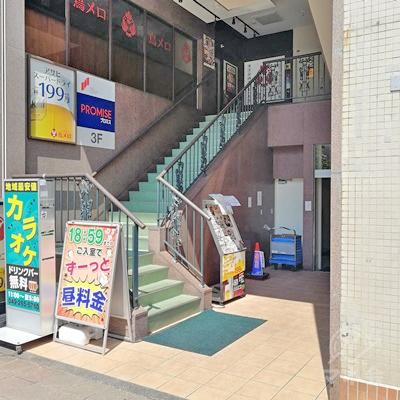 建物の入口です。入口付近の階段を利用して、2階に行きましょう。