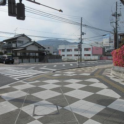 横断歩道を渡り、右へ進みます。
