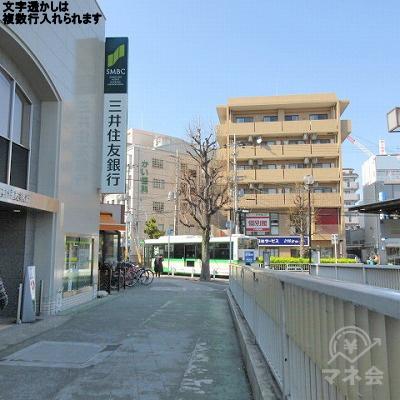 三井住友銀行を左手に進みます。