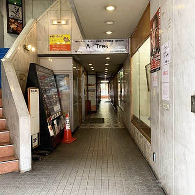入り口を入って左側にエレベーターがあります。