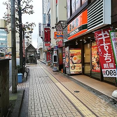歩道を進み吉野家が見えたらその隣のビルに店舗があります。
