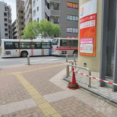 西日本シティ銀行の角で、右方向へ曲がります。