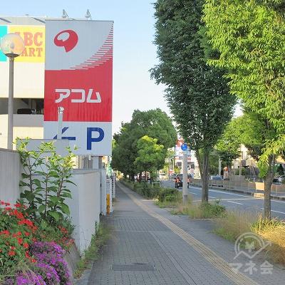 河内長野警察署前交差点を横断したらアコムの看板が確認できます。