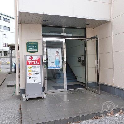 建物の入り口です。入ってすぐ階段があります。