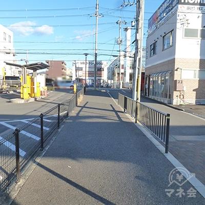 歩道を歩いて、府道(2車線道路)まで進みます。