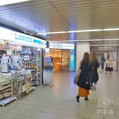 左に、売店形態のローソンがあります。更に歩きます。