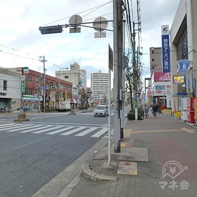 交差点があるので、左折、横断歩道を渡ります。