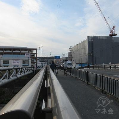 橋を渡ります。、