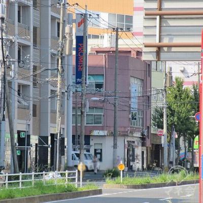 門司駅前西交差点から右斜めにプロミスの看板が確認できます。