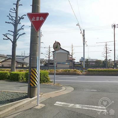 50mほど進むと大通りにぶつかりますので、左折してください。